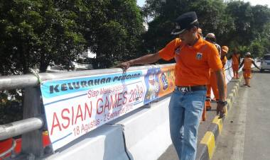 Pasang Spanduk, Lurah Pekojan Ajak Warga Semarakkan Asian Games 2018