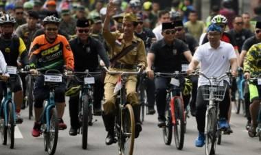 Soal Rakyat Miskin Jadi Bahan Kampanye Oposisi, Jokowi: Beli Mobil & Motor Pakai Apa?