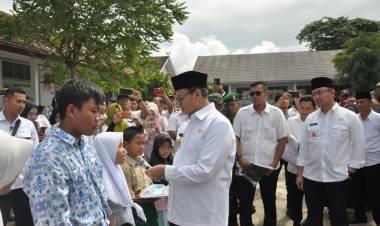 Siswa Sekolah Korban Tsunami Dapat Bantuan dari Gubernur Banten
