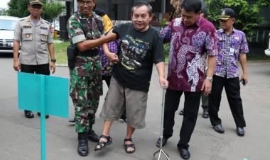 Sidak TPS, Sekda Rudy Tuntun Lansia Untuk Nyoblos