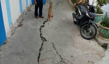 Jalan Rusak Tak Kunjung Diperbaiki, Warga Glodok Ngeri Kecebur Kali