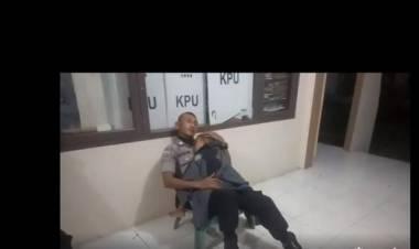 Salut..! Polisi Ini Jaga Kotak Suara Sambil Gendong Anak