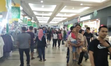 THR Cair, Warga Tangerang Serbu Mal
