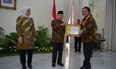 Peduli Dunia Usaha, Gubernur Banten Raih Anugerah Paramakarya 2019