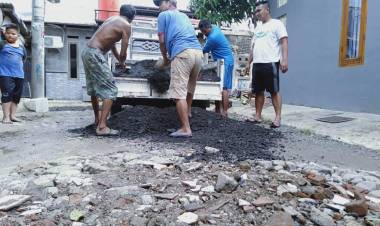 Merasa Mustahil Menunggu Bantuan Pemerintah, Warga Sodong Village Kembali 'Saweran' Perbaiki Jalan