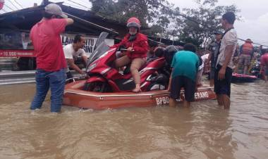 AJEGILE!!! Perahu Milik Pemkab Tangerang Dijadikan Angkutan Berbayar Tangani Korban Banjir, Gimana Nih Pak Zaki?