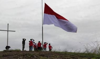Bendera Merah Putih Dikibarkan Dipuncak Tungkuwiri, Warga Papua : Kami Bagian dari NKRI