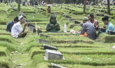 Peziarah Kubur di Jakarta Barat Ricuh, Ratusan Orang Berhasil Jebol Pertahanan Satpol PP