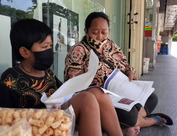 Dengerin Nih Menteri Nadiem : Anak SD Di Depok Ini Puyeng Belajar Online, Terpaksa Ikut Ibunya Jualan Kerupuk Di Serpong