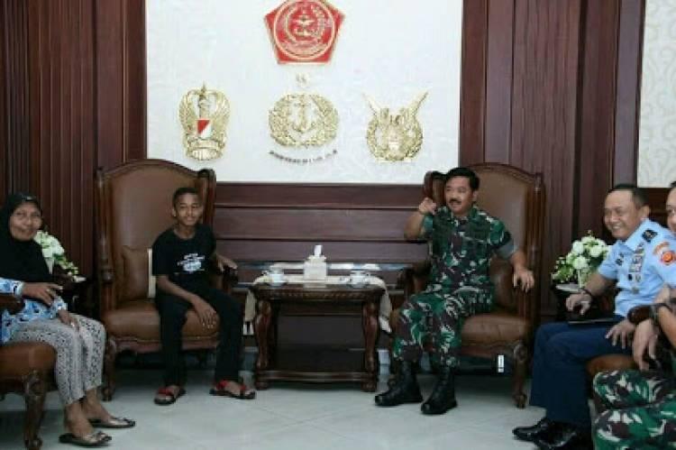 Panglima TNI Beri Bea Siswa Kepada Bocah Pemanjat Tiang Bendera