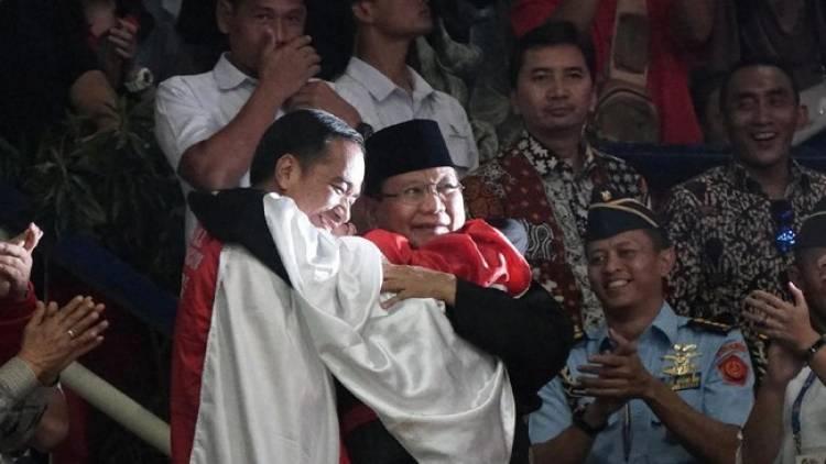 Momen Mengharukan, Berbalut Merah Putih Jokowi Berpelukan Dengan Prabowo