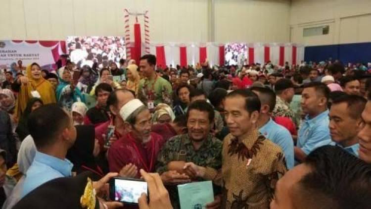 Warga Tangerang Sumringah, Presiden Serahkan 10.000 Sertifikat Tanah Gratis