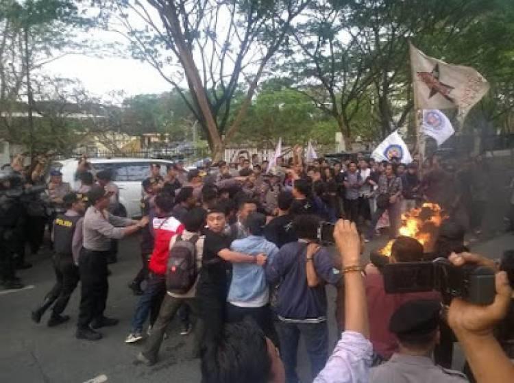 Kado HUT Banten ke- 18, Mahasiswa : WH-Andika Gagal
