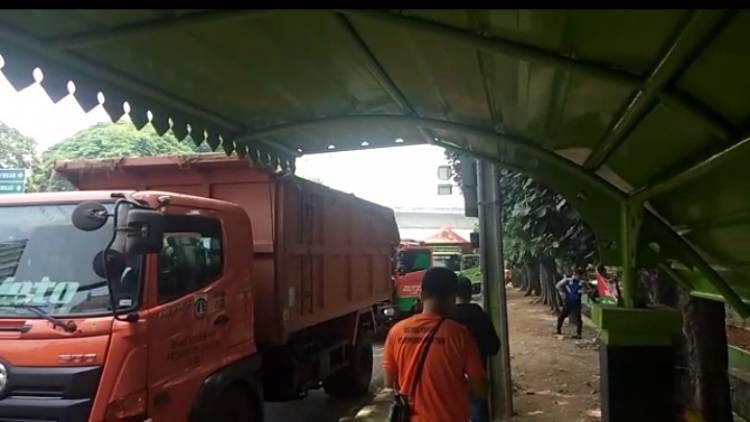 Miris.! Puluhan Mobil Truk  Dinas LH DKI Terhenti Karena Dilarang Lewat Bekasi