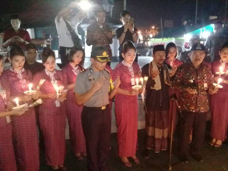 Tabur Bunga dan Nyalakan Lilin, Pramugari Lion Air Gelar Doa Bersama