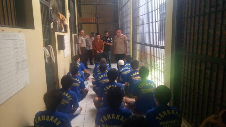 Dapat Wejangan Dari Ustadz, Tahanan  Polsek Kembangan Pada 'Mewek'