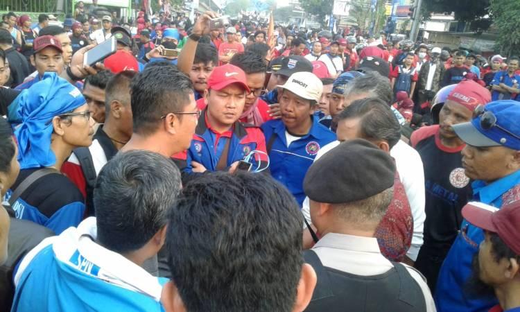 Buruh Tangerang Geruduk Gubernur Banten, Tuntut Upah Naik