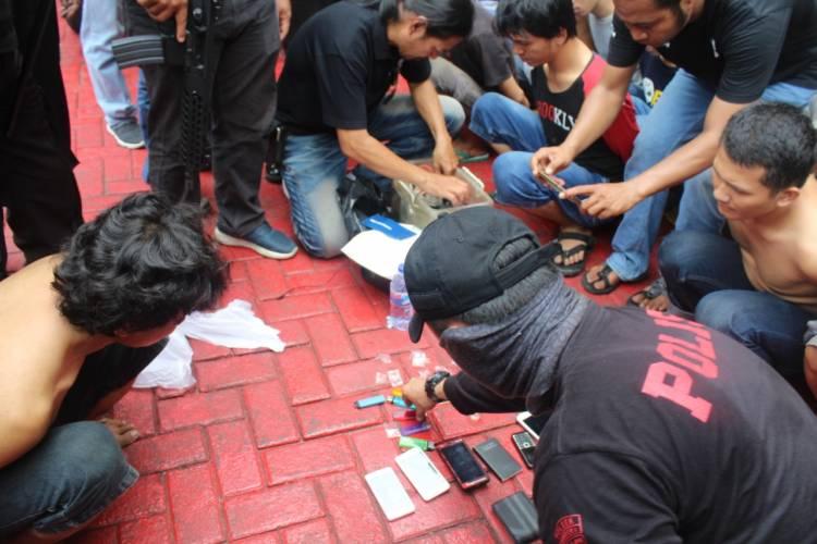 Asyik Pesta Sabu, 14 Pemuda Digerebek Polsek Tambora