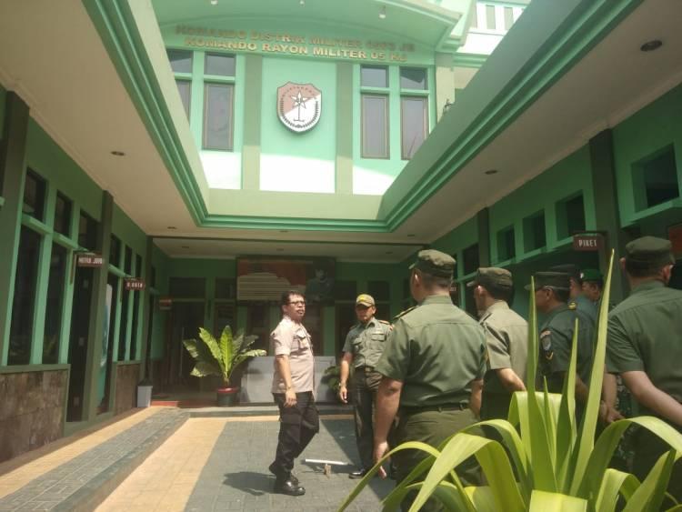 TNI dan Polri Berkolaborasi Mempercantik Markas Koramil 05 Kebon Jeruk
