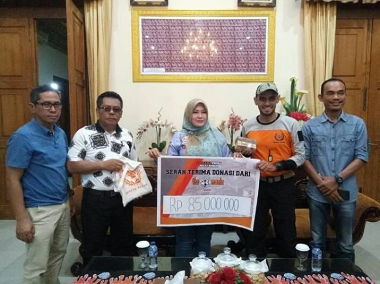 Bantu Korban Tsunami, The Jakmania Guyur Bupati Padeglang Jutaan Rupiah