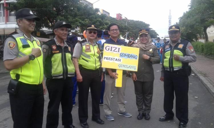 Kader Posyandu Jalan Kaki Ingatkan Warga Kalideres Hidup Sehat