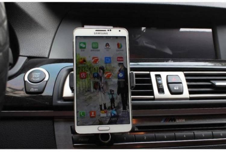 Catat! Haram Lihat Waze dan Google Maps di Mobil