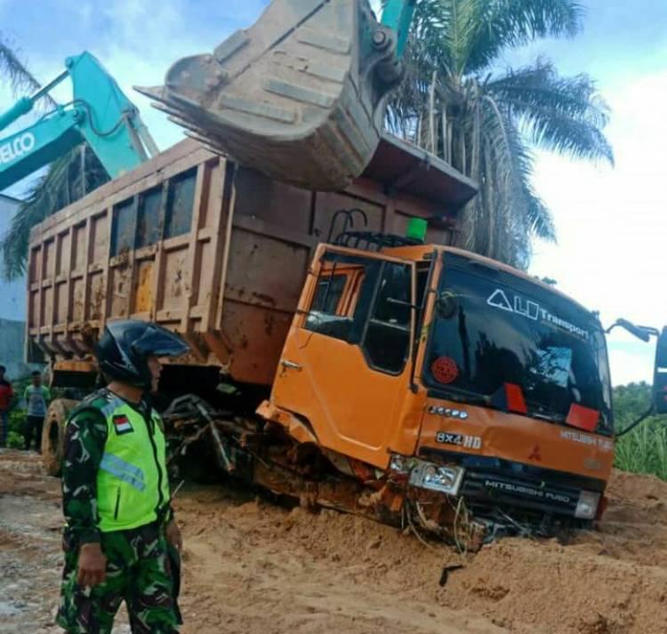 Akibat 'Ugal-ugalan' Tak Sesuai Kelas Jalan, Tronton Pengangkut Pasir Kecelakaan