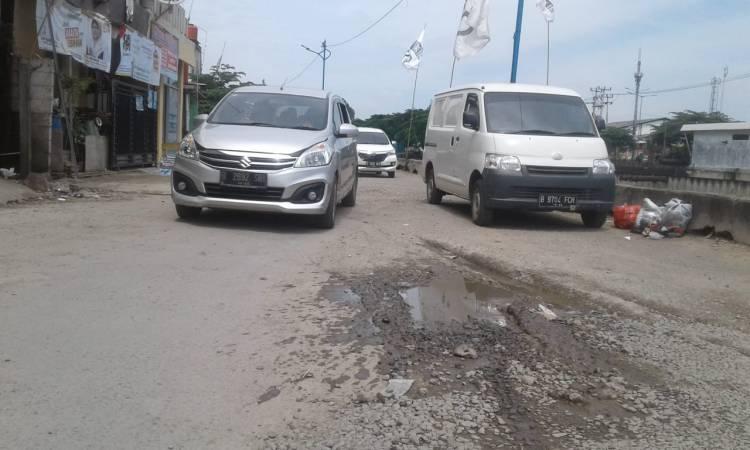 Jalan Semanan Rusak dan Jadi Tempat Parkir Mobil Liar