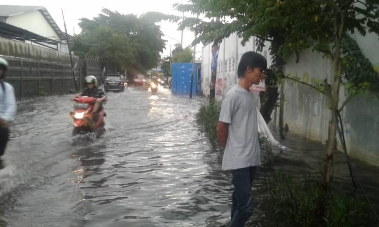 Drainase Buruk, Hujan Sebentar Jalan Palapa Rawa Buaya Dilanda Genangan Air