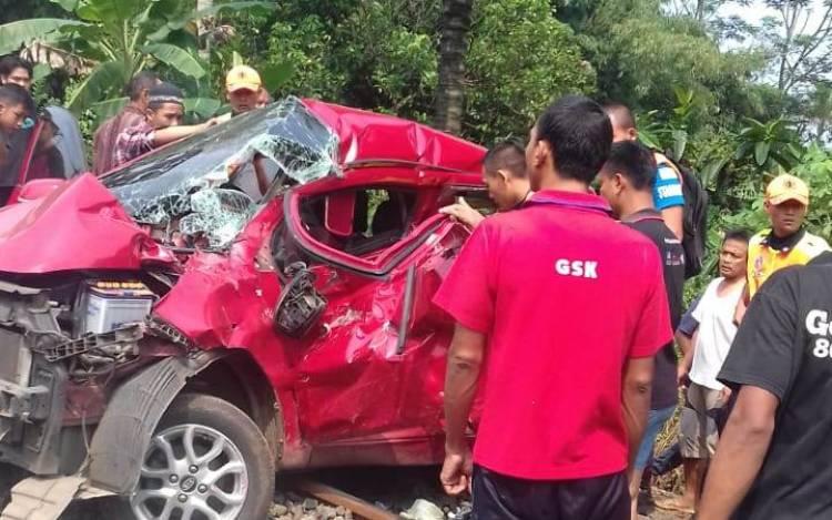 Niat Pengen ke ITC, Taksi Online Jenis City Car Bawa 8 Penumpang Ketabrak Kereta di Tangerang