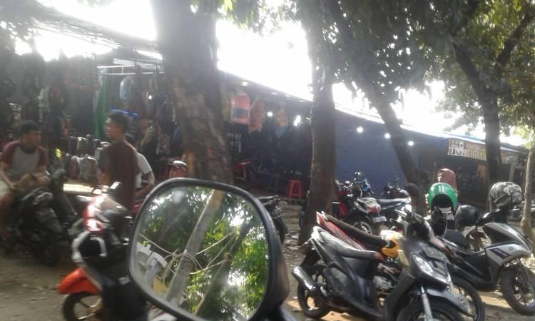 Jalan Utan Jati Banyak PKL dan Parkir Liar, Warga Mengeluh Sering Macet dan Semprawut