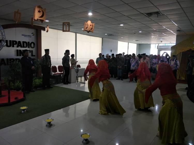 Tari Jepin Sambut Kafilah STQH Banten Saat Tiba di Pontianak