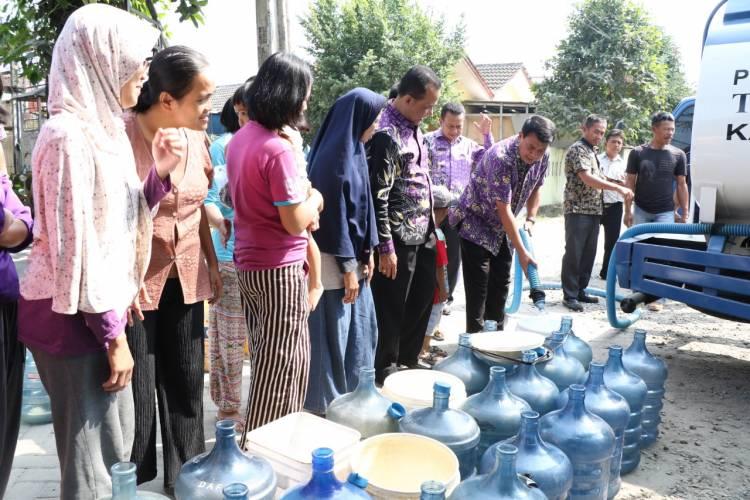 Kekeringan Landa 11 Kecamatan, Pemkab Tangerang dan PDAM TKR Kirim Puluhan Truk Tangki Air Bersih