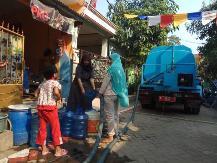 Malam Takbir Warga Tigaraksa Menderita Akibat Kekeringan, Pemkab Salurkan Air Bersih