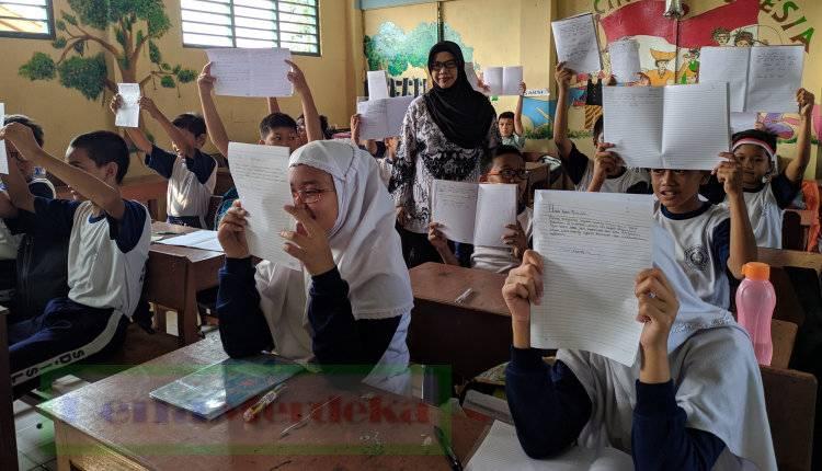 HUT RI 74, Siswa SD Di Kota Tangerang 'Kirim Kado' Untuk Jokowi