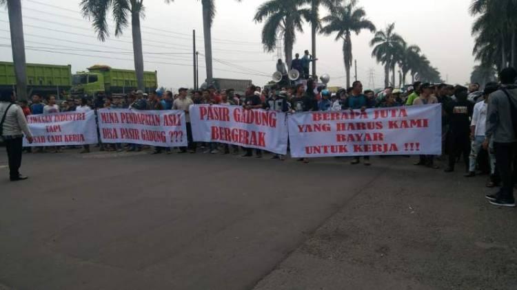 Perusahaan Sepatu yang Dikunjungi Jokowi Didemo Warga, Uang Pelicin Disoal