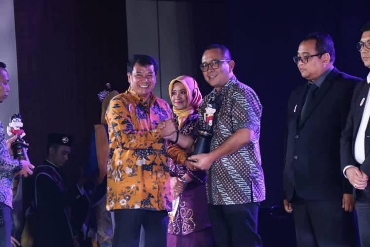 Bapenda Tangkab Berikan Pak Jaka Award ke Wajib Pajak Terpatuh