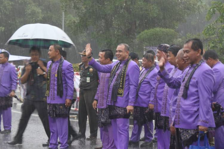 Pimpin Karnaval HUT ke 76, Bupati Zaki Rela Hujan-hujanan
