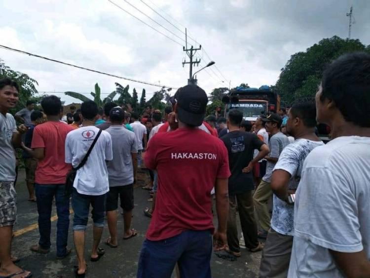 Kesal Terus Kena Banjir, Warga Bupati Tatu Blokir Jalan Bojonegara