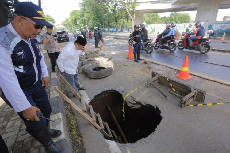 Perumdam TKR : Jalan Daan Mogot Ambles Akibat Tanah