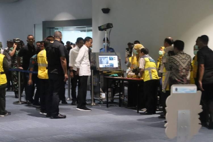 Jokowi Dipindai Suhu Tubuh Saat Tinjau Fasilitas Pencegahan Corona Di Bandara Soetta