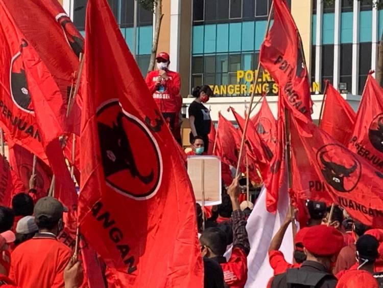 Ratusan Kader PDIP Tangsel Long March ke Mapolres Tangsel Tuntut Pembakar Bendera Ditangkap