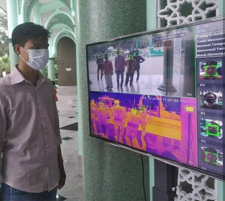 Kembali Zona Merah, Pengecekan Suhu Tubuh Otomatis Tersedia di Masjid Al-Azhom