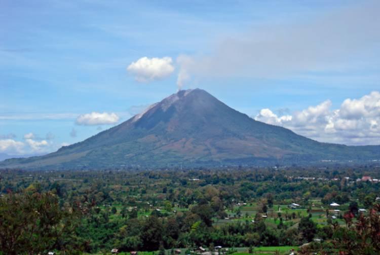 Gunung Sinabung Erupsi : Semburkan Awan Panas Ratusan Meter