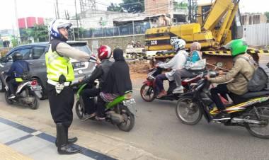 Urai Kemacetan, Polisi Berlakukan Contra Flow di Jalan Raya Ciater