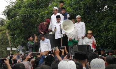 Santri Demo Truk Tanah Kembali Minta 'Tumbal', Bupati Tangerang Orasi Jawab Tuntutan Masyarakat