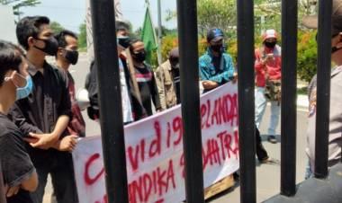Mahasiswa Geruduk Pemrov Banten, Kritik Hutang Buat Sport Center