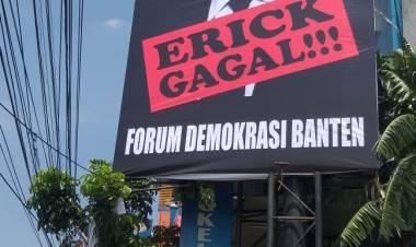 Dinilai Gagal, ForDem Banten Pasang Baliho Raksasa #Erickout Didepan Kantor PLN
