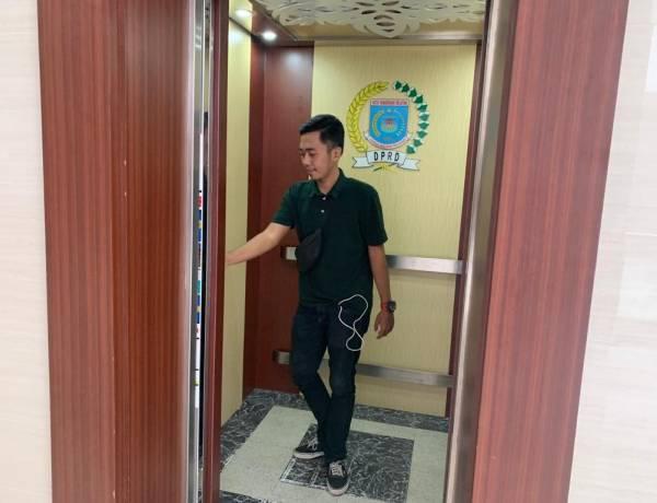 Pakai HPL, Dekorasi Lift Gedung DPRD Tangsel Sedot Anggaran 75 Juta