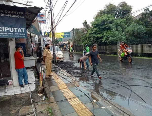 Utamakan Keselamatan Pengguna Jalan, DPU Putus Kabel dan Tiang Provider Internet di Jalan WR Supratman